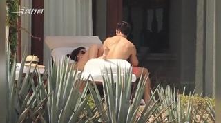 艾玛·沃特森与男友海滩度假 穿泳装躺沙发举止亲密